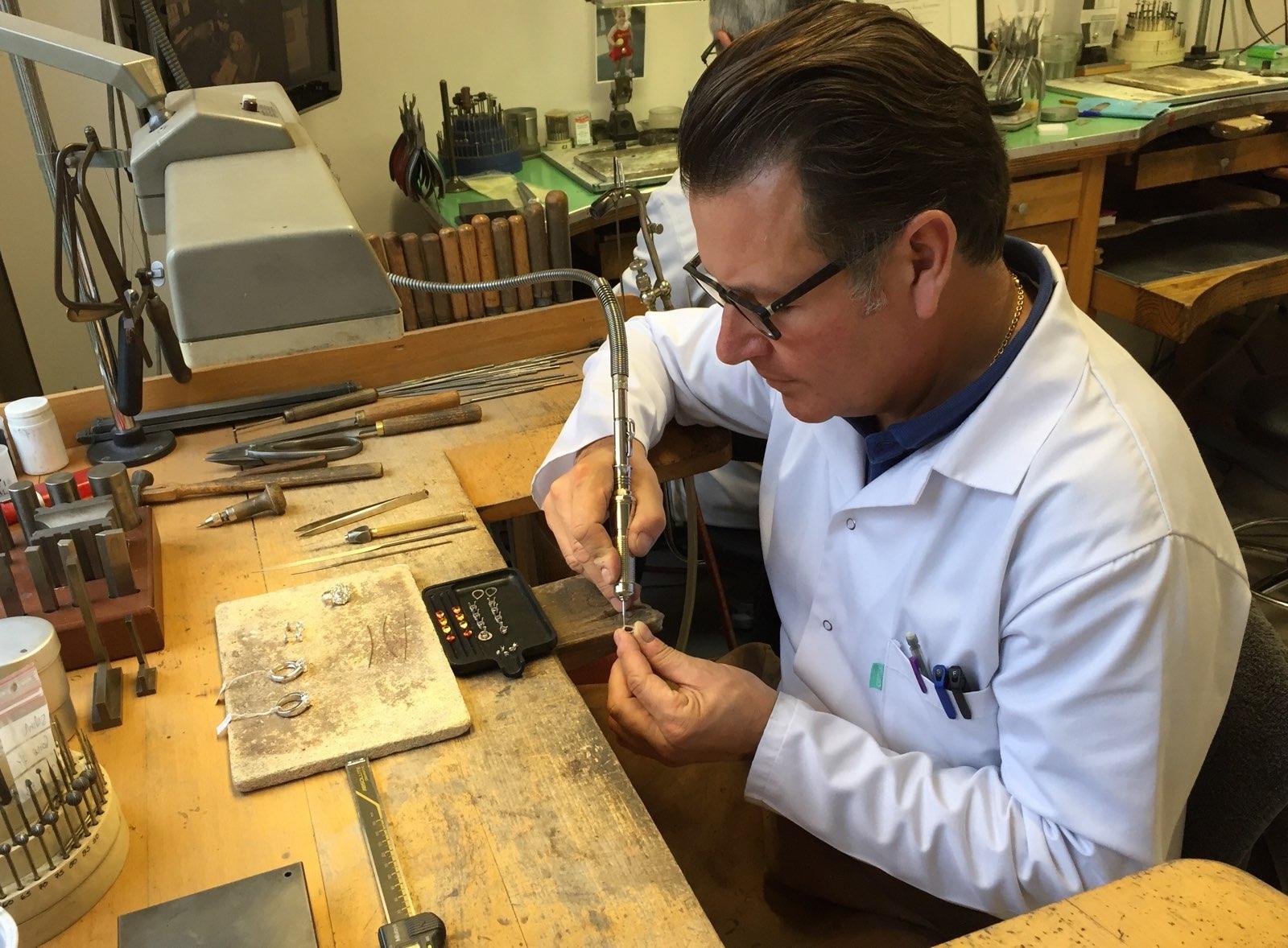 Thierry Henneron dans son atelier de fabrication